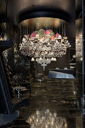 SO/ Auckland: Be welcomed by a bold lobby design featuring a dramatic Moooi chandelier.