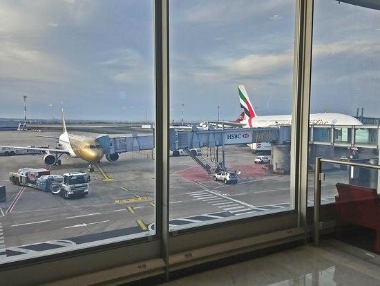 Le gros A380 d'Emirates a coté du petit A320 d'Etihad