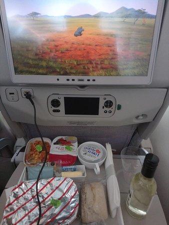 Emirates: Plateau repas complet (entrée, plat, fromage, dessert, pain beurre)