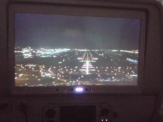 Emirates: Phase d'approche vue de l'écran permettant de suivre le vol avec 3 caméras extérieures