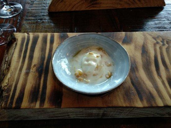 Postre, helado de queso de cabra con piñones