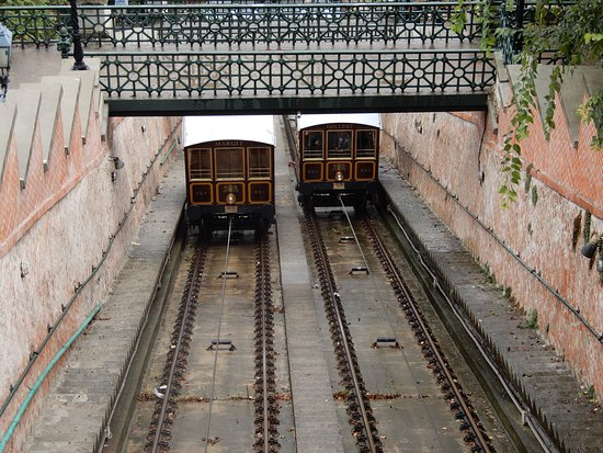 Будайский фуникулёр Шикло: Tram carriages apssing