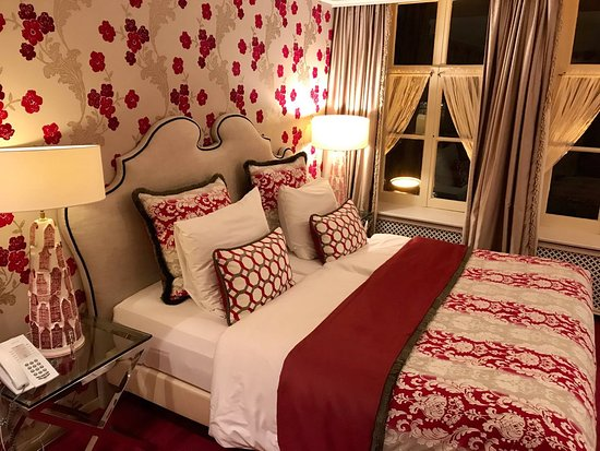 Hotel Estherea: Bed in canal side room (Twins)