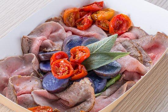 Me.nu (Tortona): Roast beef con pomodorini confit e patate viola