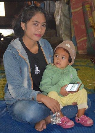 Kabanjahe, Ινδονησία: Jeune fille et son bébé vivant dans cette maison