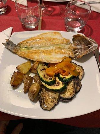 ATTIANI: Il pesce del giorno ossia una spigola cotta spinata con patate e verdure
