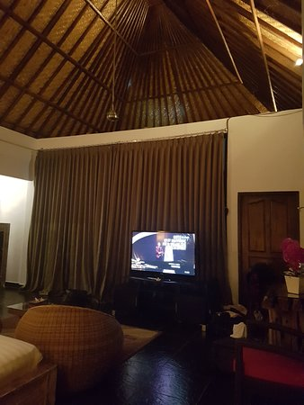 Umah D'Ubud: Big tv, high ceiling. The door can connect you to the room downstairs.
