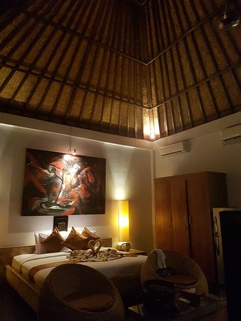 Umah D'Ubud: Large bed. The cupboard gives the room a cheap look. But everything else was super.