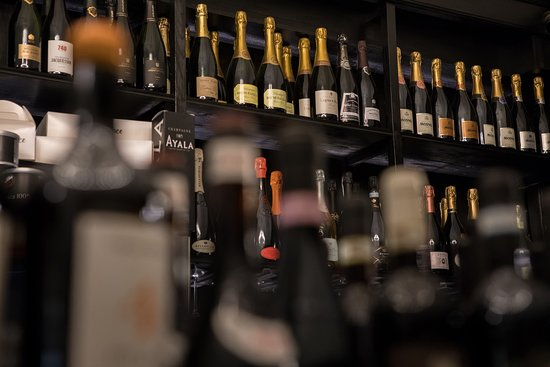 More than a thousand labels of wine and champagne! Elegant and refined winery!