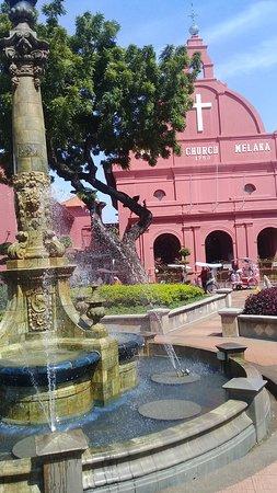 Kalau ke Melaka, jangan lupa untuk mampir kesini. Banyak tempat untuk membeli oleh-oleh juga disekitar sini.