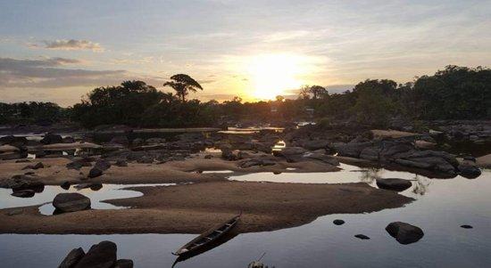 Bottopassi, Suriname: Botopassie  Ga met ons mee naar het prachtige hotel Botopassie aan de boven Suriname rivier.  Geniet van de prachtige omgeving, het verkoelende water van de rivier, een dorpswandeling met een kijkje in de Sarramacaanse cultuur, een bezoek aan het Marron Museum en een uitstapje naar de Tapawatra  stroomversnelling.    175 euro voor 3 dagen  260 euro voor 4 dagen   Inclusief: Vervoer, Verblijf in een Cabana, Maaltijden en drankjes, Gids en excursies
