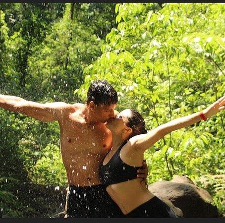 Diversão na borda da cachoeira