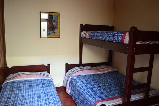 Hotel la Posada del Sol San Jose Costa Rica: Viaja con tu familia tenemos habitaciones para 4 personas en en familia a con tus amigos baño privado