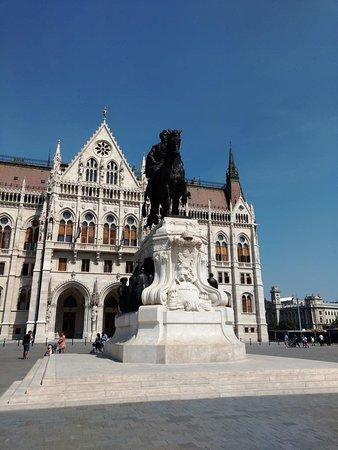 Monumento na Praça Kossuth Lajos.