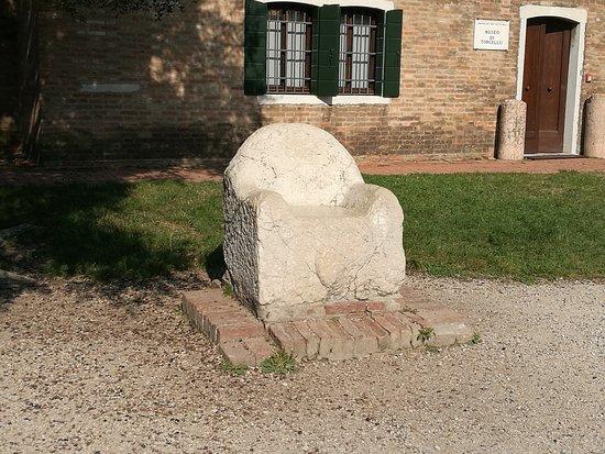 Isola di Torcello (VE) Questo è il trono di Attila, anche se il re degli Unni non vi sedette mai, se non secondo la leggenda. E' un trono in pietra risalente al V secolo, molto probabilmente utilizzata dai tribuni dell'amministrazione della giustizia.