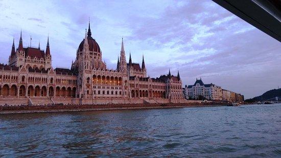 Danube River: Vista do Barco no Rio Danúbio, Budapeste.