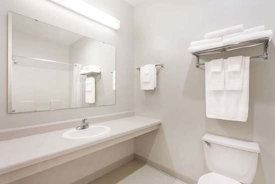 Days Inn by Wyndham Manchester: Guest room bath