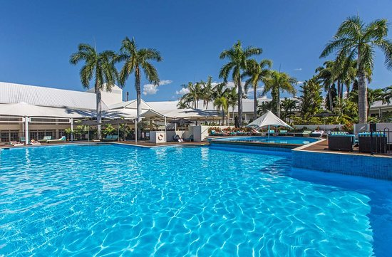 Shangri-La Hotel, The Marina, Cairns: Pool view with gardens