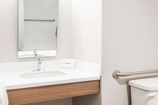Kirkland Lake, Canada: Accessible Bathroom