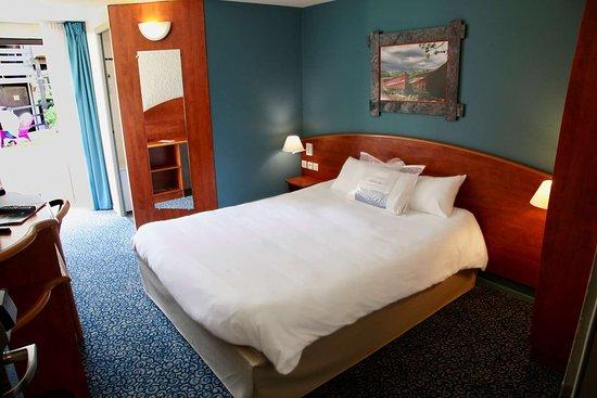 Hotel Kyriad Lannion Perros-Guirec: HOTEL KYRIAD CHAMBRE GRAND LIT AVEC BAIGNOIRE