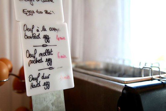 Hotel Kyriad Lannion Perros-Guirec: HOTEL KYRIAD BREAKFAST COOKING EGGS