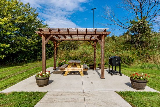 Red Roof Inn Grand Rapids Airport: Exterior Picnic Area