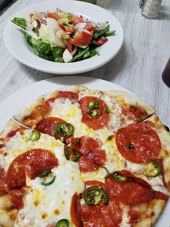 individual pizza with side salad