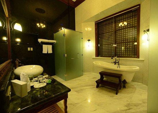 Executive Suite Bathroom at Hotel Luna Vigan