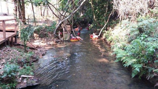 Passeio de Boia terapia em águas calmas e cristalinas no sitio da pousada estância da mata .