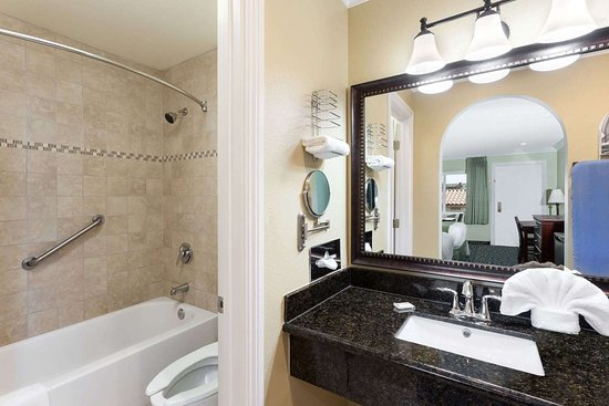 Travelodge by Wyndham Orange County Airport/ Costa Mesa: Guest room bath