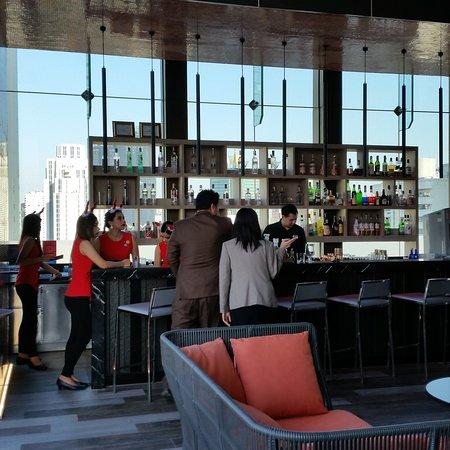 Novotel Bangkok Sukhumvit 4: Staff du bar en pleine discussion.  ...continuez votre formation SVP !