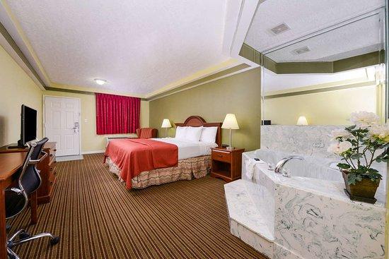 Americas Best Value Inn & Suites Waller Prairie View: One King Bed Jacuzzi Suite