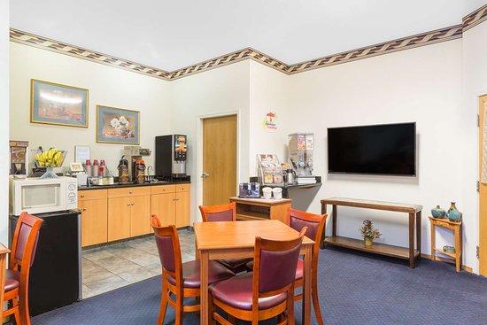Super 8 by Wyndham Willits : Breakfast Area