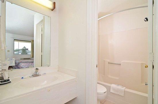 Americas Best Value Inn: Guest Bathroom