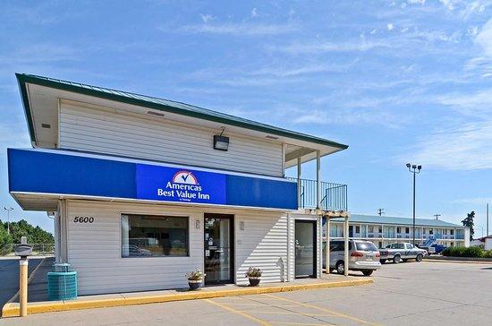 Americas Best Value Inn: Side Exterior