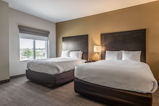 Brunswick, OH: Suite with queen bed(s)