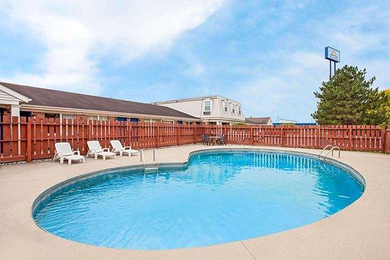 Days Inn by Wyndham Auburn: Pool