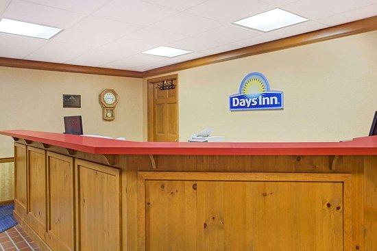 Days Inn by Wyndham Auburn: Lobby
