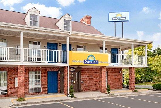 Days Inn by Wyndham Auburn: Exterior