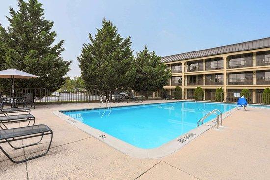 Days Inn by Wyndham Newark Wilmington: Pool