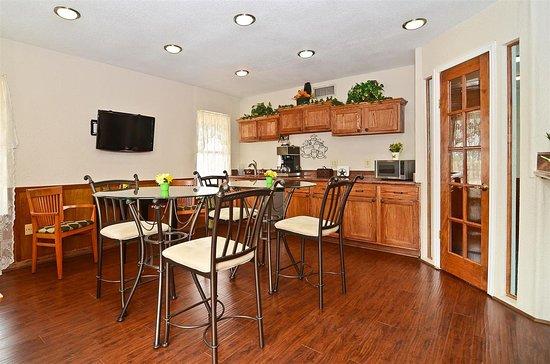 Americas Best Value Inn Refugio: Breakfast Area