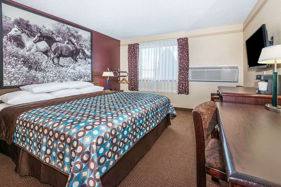 Super 8 by Wyndham Kansas City at Barry Road/Airport: 1 King Bed Room
