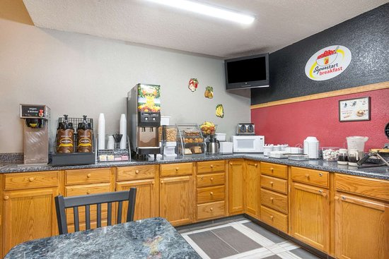 Super 8 by Wyndham Kansas City at Barry Road/Airport: Breakfast Area