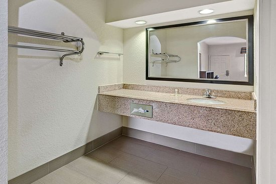 Super 8 by Wyndham Houston Hobby Airport South: ADA Bathroom