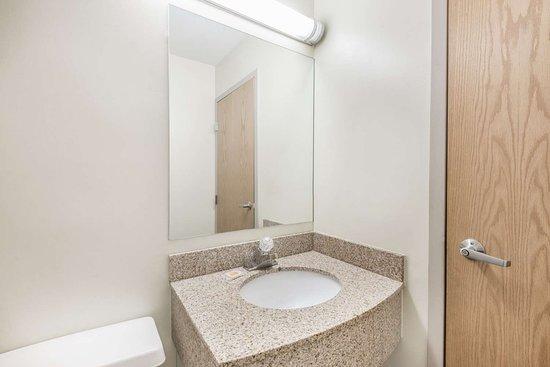 Days Inn & Suites by Wyndham Boardman: Bathroom
