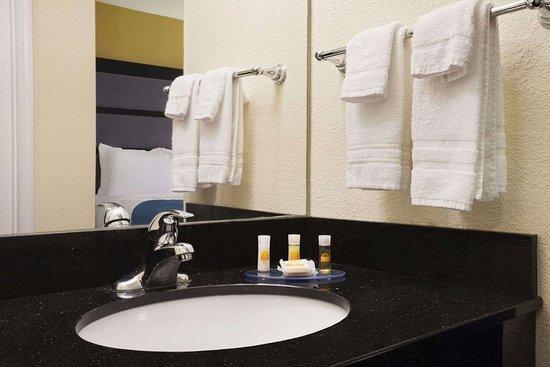 Days Inn & Suites by Wyndham Commerce: Bathroom