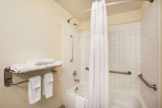 Days Inn & Suites by Wyndham Commerce: ADA Bathroom