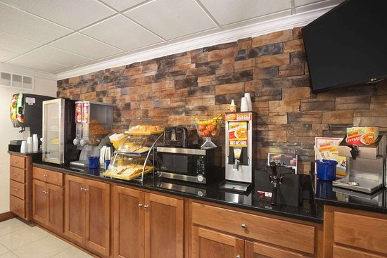 Days Inn & Suites by Wyndham Commerce: Breakfast Area