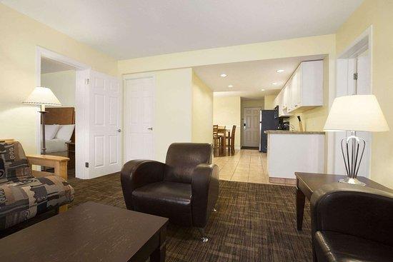 Days Inn & Suites by Wyndham Revelstoke: Suite