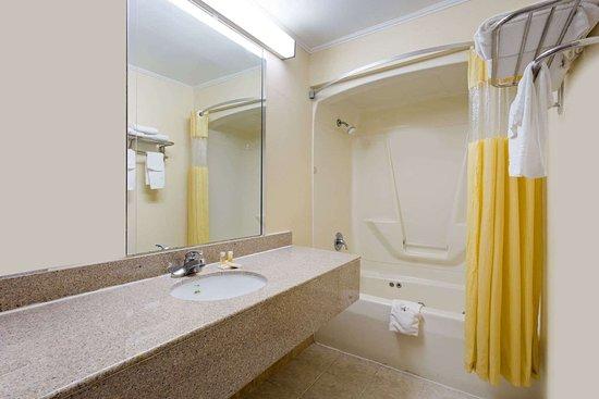 Days Inn by Wyndham Clinton: Bathroom